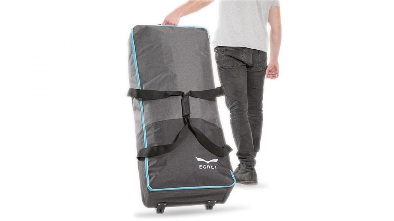e-scooter-font-holding-bag-walberg